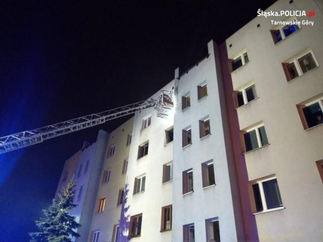 Dzięki szybkiej reakcji służb oraz sąsiada, które wezwał pomoc, udało się uratować mężczyznę z płonącego mieszkania w Tarnowskich Górach.