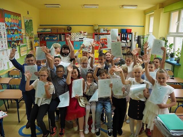W piątek (25 czerwca) rok szkolny 2020/2021 zakończyli m.in. uczniowie Szkoły Podstawowej nr 70 w Łodzi. Nasz fotoreporter udokumentował radość z wakacji i ze świadectw ósmoklasistów, trzecioklasistów oraz pierwszaków.