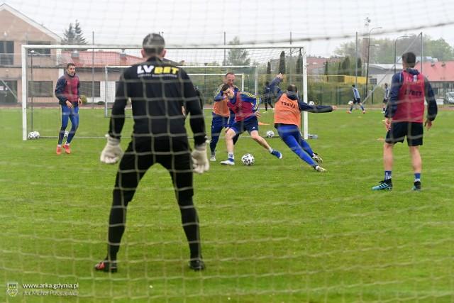 Piłkarze Arki Gdynia podczas wtorkowego (19.05.2020) treningu w Gniewinie