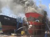 Pożar kutra rybackiego w porcie we Władysławowie: wielkie płomienie i dym widać było z daleka | ZDJĘCIA, NADMORSKA KRONIKA POLICYJNA