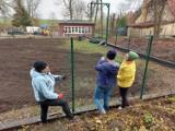 Lokalna inicjatywa, czyli jak naprawiono ogrodzenie placu zabaw w Postolinie
