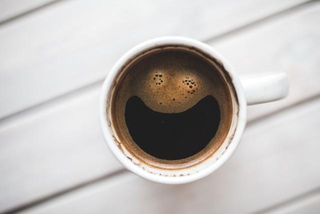 Picie kawy zmniejsza ryzyko raka prostaty, zmniejsza ryzyko niewydolności serca, a nawet zmniejsza ryzyko utraty słuchu. Kawa może nawet pomóc schudnąć.  Ale zdaniem ekspertów niektóre osoby powinny zrezygnować kawy, gdyż może mieć ona więcej negatywnych skutków niż pozytywnego działania.  Kto zdaniem dietetyków powinien zrezygnować z picia kawy dla lepszego zdrowia? Te osoby nie powinny pić kawy! Sprawdź, czy jesteś na liście na kolejnych slajdach >>>
