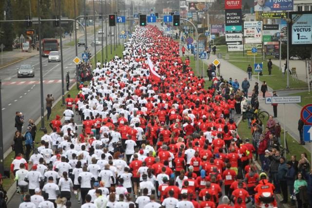 Biegacze 7. PKO Biegu Niepodległości utworzyli na ul. Rejtana, żywą, biało-czerwona flagę