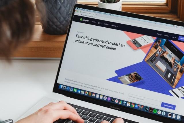 W internecie można znaleźć wiele platform ze szkoleniami online. Wybór jednej z nich może przyprawić o zawrót głowy. Porównaliśmy ofertę 10 popularnych platform e-learningowych.
