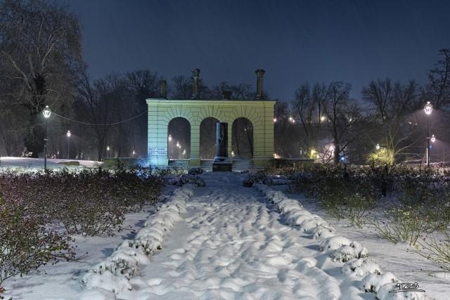 Piękne zdjęcia Wyspy Teatralnej w wieczornej, zimowej oprawie autorstwa Gabriela Dubiela.