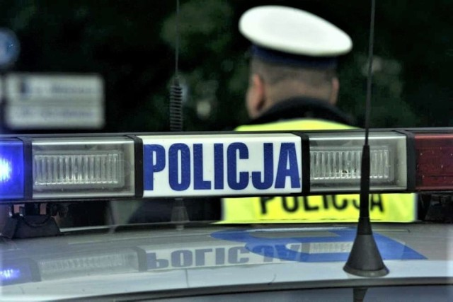 Radiowóz i policjant pełniący służbę.