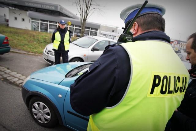 Uwaga kierowcy! Wchodzą głośne zmiany w prawie drogowym! Mandat 500 zł za nietrzymanie rąk na kierownicy, zmiany miejsc kontroli