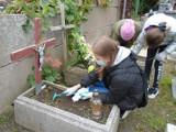 """Wolontariusze """"Przyjaznego Kąta"""" w Tucholi uporządkowali kilkaset grobów"""