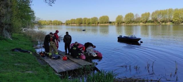 Strażacy z Chełmna uratowali dziś wędkarza, który wpadł do wody i nie mógł się sam z niej wydostać