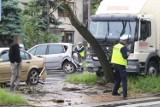Wypadek na Kochanowskiego. Ciężarówka na drzewie, dwie osoby ranne! Ogromny korek w stronę Psiego Pola [ZDJĘCIA]
