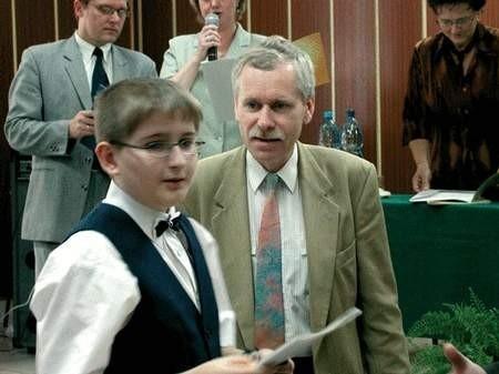 Nagrodę odbiera Andrzej Gnatowski ze Szkoły Podstawowej nr 26. Foto: JAKUB MORKOWSKI