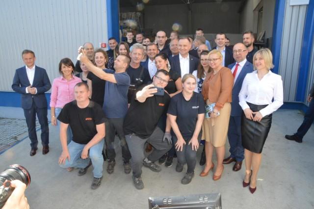 Pamiątkowe zdjęcie pracowników Wirelandu z prezydentem Andrzejem Dudą