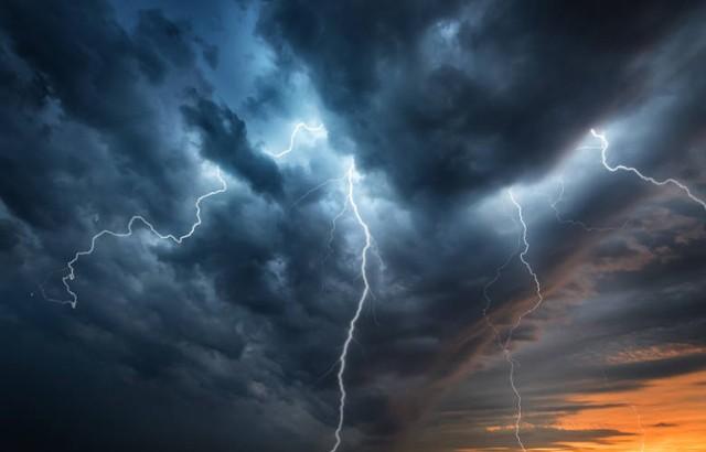 Miejskie Centrum Zarządzania Kryzysowego w Słupsku na podstawie komunikatów wydanych dla wszystkich powiatów województwa pomorskiego wydało ostrzeżenie przed burzami z porywami wiatru do około 100 km/h i lokalnymi opadami gradu.