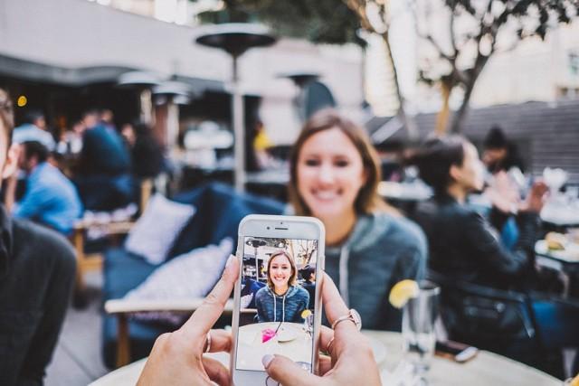Nie musisz posiadać drogiego aparatu ani wyglądać jak modelka, by robić świetne zdjęcia na Instagrama. Wystarczą chęci do nauki, znajomość kilu trików i odrobina kreatywności. Jak robić perfekcyjne zdjęcia? Przedstawiamy najlepsze triki! Sprawdź w galerii zdjęć.