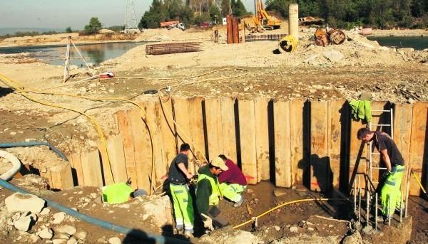 Są już gotowe fundamenty pod filary nowego mostu kolejowego nad Popradem