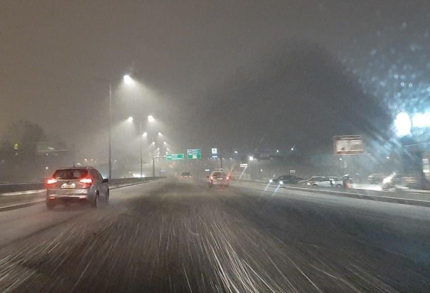 Śnieg i marznąca mżawka na DTŚ na całej długości trasy i...