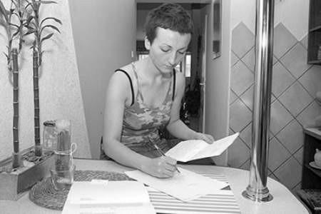 Ewa Szczubiał od lat  bezskutecznie pisze wnioski o doprowadzenie trójfazowego zasilania do jej mieszkania. Olgierd Górny