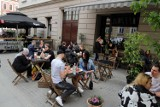 Katowice: Na Mariackiej klientów nie brakuje. A w weekend będzie jeszcze więcej. Ogródki gastronomiczne po luzowaniu obostrzeń odżyły