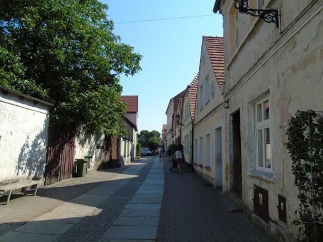 Ustawione szczytowo DOMY z przełomu XVIII i XIX w. lub pierwszej połowy XIX w. są murowane lub o konstrukcji szkieletowej.