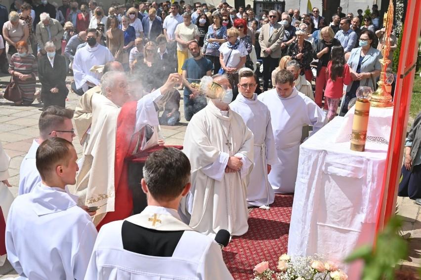 Biskup kielecki Jan Piotrowski przewodniczył uroczystej mszy...