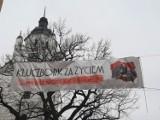 Pojedynek na banery na deptaku w Kluczborku. Strajk Kobiet kontra Kluczbork za Życiem [ZDJĘCIA]