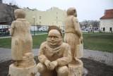 Drewniane figury przed Centrum Kultury w Lublinie. Poznajcie Grażynę, Janusza i Sebę