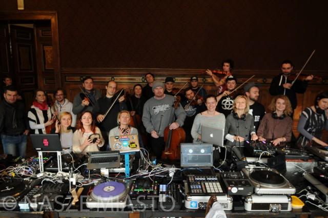 Skład dj'ski podczas próby przed koncertem Steve Nash & Turntable Orchestra Symfonicznie