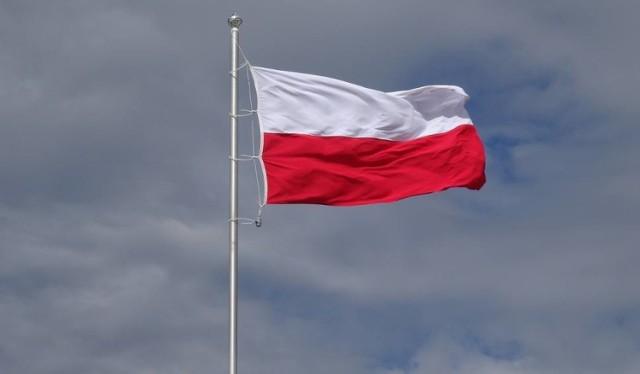 Wygląd polskiej flagi państwowej precyzuje ustawa o godle, barwach i hymnie z 1980 r.  Prawo określa, że polska flaga państwowa to dwa pasy bieli i czerwieni tworzące prostokąt o proporcji 5:8. Przy jej wywieszaniu pionowo kolor biały powinien znajdować się po lewej stronie dla patrzącego.  Czy flagę można powiesić na parapecie? Czytaj dalej na kolejnym slajdzie --->