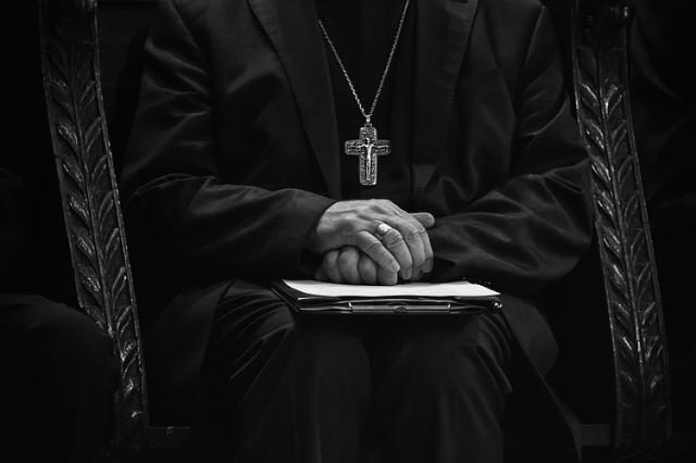 Czy wiesz, w co wierzysz? Wiele rzeczy w Kościele katolickim jest uznawanych za oczywistości, a często niewielu z nas wie, kiedy i w jakich okolicznościach zostały wprowadzone. Dlaczego wierzymy w to, w co wierzymy i podejmujemy pewne praktyki? Zobacz w naszej galerii!