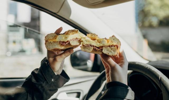Aby uniknąć mandatu, kierowca powinien skorzystać z obowiązkowej pauzy i wtedy spożyć posiłek.