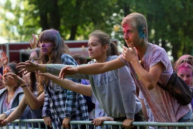 Na Słonecznym Wrotkowie - Holi Festiwal Kolorów Miłośnicy posypywania się kolorowymi holi proszkami znów będą mieli okazję na tęczową zabawę. Kolejna odsłona Holi Festiwalu Kolorów zawita na Słoneczny Wrotków. Na gości będzie też czekała muzyka na żywo i stoiska ze słodkościami.  sobota, słoneczny wrotków, godz. 15.00 - 20.00, wstep wolny