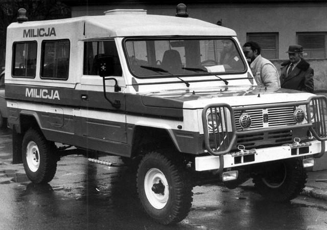 """16.02.1989 r. Fabryka Samochodów Rolniczych w Poznaniu opracowała kilka wersji Tarpana Honkera 4011 z nakładką """"top hard"""", ze specjalnym wyposażeniem i oznakowaniem. Jedna z nich wybrana przez MSW, wykonana zostanie w ilości kilkuset sztuk i będzie stopniowo zastępowała UAZY, dotychczasowe samochody MO. Na razie odebrano 2 samochody Tarpan Honker, które będą na wyposażeniu MO w Zaniemyślu i Pniewach."""