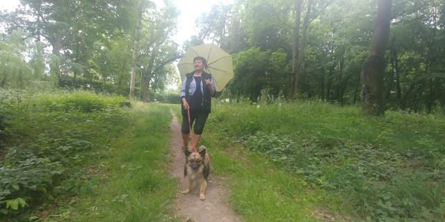 Irena Rudzińska każdego dnia spaceruje po parku Kopernika ze swoim pieskiem Czarkiem