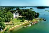 Co za widoki! Pałac w Przełazach robi wrażenie już z drugiego brzegu jeziora. Zobacz zdjęcia z lotu ptaka