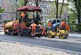 Układają asfalt na ulicy Niepodległości w Sosnowcu. Gotowy jest także skwer obok