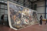 Tak mocowano kopię obrazu Jana Matejki w hali OSiR w Skierniewicach ZDJĘCIA