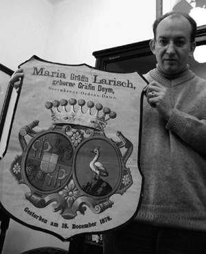 Mariusz Makowski pokazuje jedną z odnalezionych klepsydr.  WOJCIECH TRZCIONKA