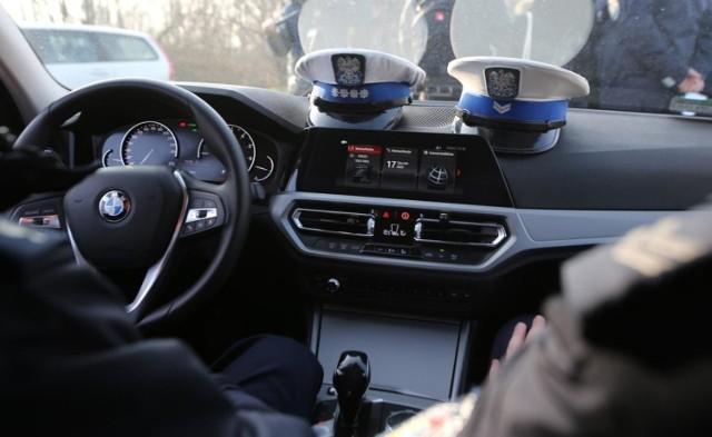 Czterech policjantów z poznańskiej drogówki zostało oskarżonych m.in. o próbę wrobienia kierowcy w uszkodzenie szyby policyjnego samochodu. Przemysław K., naczelnik wydziału, który również stanie przed sądem, nadal sprawuje swoje obowiązki