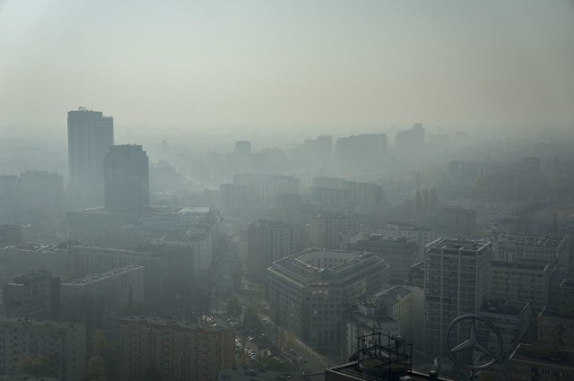 Polskie miasta należą do jednych z najbardziej zanieczyszczonych w Europie. Najgorzej jest z benzo(a)pirenem, który jest jedną z najgroźniejszych substancji rakotwórczych. Zawierają go także papierosy, dlatego można porównać oddychanie zanieczyszczonym powietrzem do palenia. By lepiej to zobrazować, Omni Calculator, start up z Krakowa, stworzył kalkulator smogowy, w którym możemy przeliczyć, ile papierosów dziennie wypalamy, oddychając powietrzem w danej miejscowości.  W wyliczeniach pod uwagę wzięto średnią ilość powietrza wdychanego przez dorosłego człowieka na godzinę, średnie roczne stężenie benzo(a)pirenu zarejestrowane poza budynkami oraz zawartość B