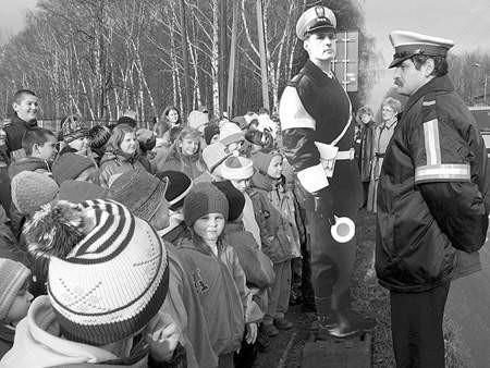 """""""Plastikowy policjant""""  (pierwszy z lewej) od razu stał się pupilem dzieciaków.  OLgierd gÓrny"""