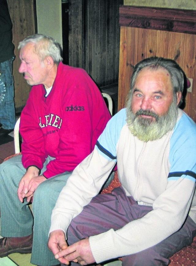 - W przytulisku jest mi dobrze - mówi Władysław Włodecki (z prawej).