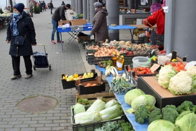 W środę 18 listopada na targu w Busku-Zdroju mimo niezbyt sprzyjającej pogody było sporo ludzi. Mocno taniały jabłka - ładne, nowoczesne odmiany można było kupić nawet po 2 złotych za kilogram. Drożeją z kolei pomidory, za ładne malinowe trzeba zapłacić już około 7 złotych.  Zobaczcie na kolejnych slajdach co szło najlepiej na targu w Busku w środę 18 listopada