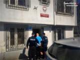 Kradzież w Rydułtowach. 22-latek okradł market, szarpał się z ochroniarzem i ekspedientką. Uciekając zgubił but