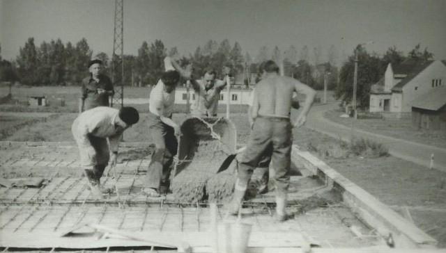 W budowę Domu Strażaka zaangażowali się druhowie, choć żaden z nich nie był budowlańcem.