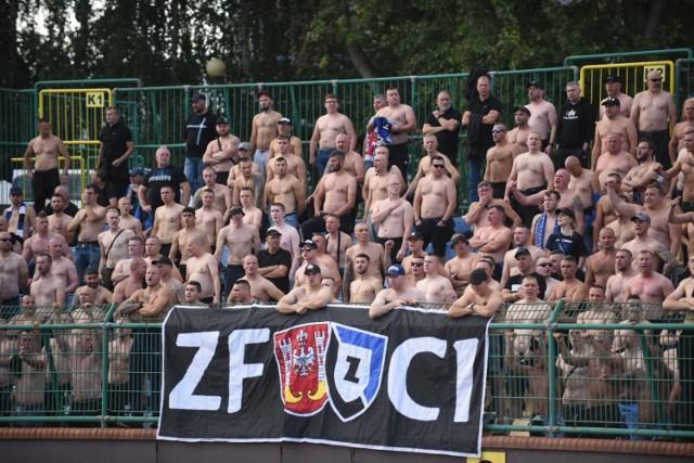 Derby były ciekawym widowiskiem i zakończyły się remisem 2:2. Kibice, w tym bardzo liczna grupa fanów z Bydgoszczy, z pewnością na nudę narzekać nie mogli. ZOBACZ ZDJĘCIA Z TRYBUN >>>>