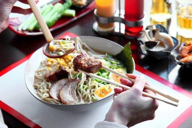 W Grubej Rybie poza wyśmienitym sushi zjemy pożywny ramen. Tradycyjne danie kuchni japońskiej zjemy tutaj od 24 do 32 zł w sześciu wariantach. Polecamy spróbować KAISANBUTSU (makaron pszenny ramen, sashimi, krewetki, grzyby mun, kamaboko, jajko, kampio, por, dymka, kiełki mung, bulion drobiowo-rybny) w cenie 32 zł.   Adres: Siedmiogrodzka 1