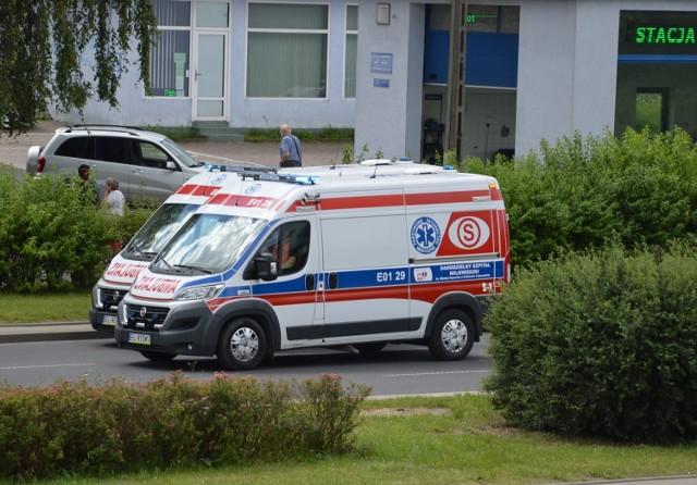 Pacjent wyskoczył z karetki w Piotrkowie. Upadł na ulicę, gdy ambulans pędził na sygnale...