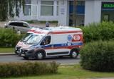 Pacjent wyskoczył z karetki w Piotrkowie. Upadł na ulicę, gdy ambulans pędził na sygnale... [ZDJĘCIA]