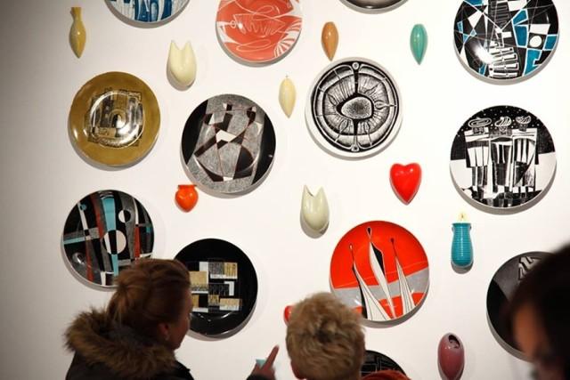 """Atrakcje dla dzieci to warsztaty """"Talerze"""" w ramach wystawy """"Wojna i Pokój"""".  Będzie można stworzyć niepowtarzalną kolekcję talerzy. Do udziału w warsztacie zapraszamy całe rodziny. Spotkanie zacznie się w sobotę, 14 grudnia, o godz. 11 w Galerii Szkła i Ceramiki przy pl. Kościuszki 9/10 (potrwa do godz. 13.30). Udział jest bezpłatny. Prosimy o wysłanie zgłoszenia na adres: 3d@bwa.wroc.pl (w tytule wpisujemy: TALERZE, a w treści maila podajemy imiona i nazwiska osób oraz wiek dzieci)."""