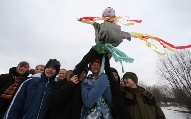 Pierwszy dzień wiosny 2021 w Piotrkowie. Pożegnanie zimy i topienie marzanny na archiwalnych zdjęciach